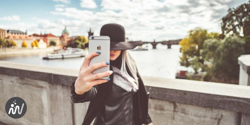 Une femme se prend en photo en selfie et on ne voit pas son visage : qui est-elle donc ?