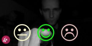 """un homme presse le bouton """"content"""" alors qu'il a 3 choix : neutre, content, mécontent"""