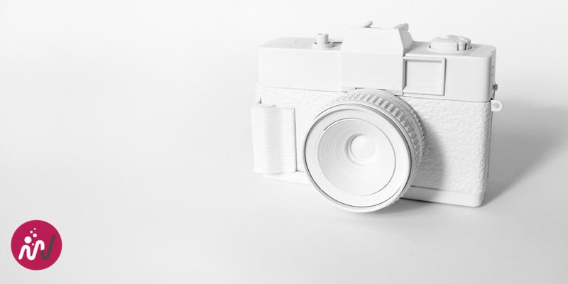 appareil photo blanc sur fond blanc