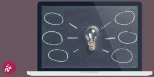 shéma avec une ampoule pour modéliser des idées sur un écran d'ordinateur portable