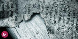 impression ancienne sur une feuille posée sur du bois